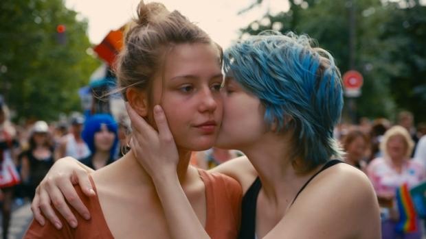 2746963918-adele-exarchopoulos-e-lea-seydoux-em-cena-do-filme-azul-e-cor-mais-quente-que-estreia-em-sao-paulo-n